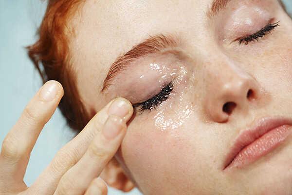 Gel tẩy trang hiệu quả  Đừng tưởng nha đam chỉ có tác dụng dưỡng da không, gel nha đam còn được dùng để tẩy  đi những lớp trang điểm nữa đó nhé. Cách làm đơn giản bạn cắt lá lô hội lấy phần gel rồi dùng bông tẩy trang quệt vào lớp gel nhẹ nhàng lau trên lớp trang điểm và vùng da mắt. Thực hiện nhẹ nhàng để các tinh chất trong gel nha đam thẩm thấu vào trong để loại bỏ chất bẩn, vi khuẩn của lớp trang điểm da được sạch sẽ và thông thoáng.